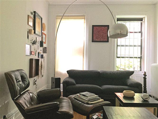 Ο Ιωάννης Πάππος ζει στη Νέα Υόρκη από το 1999. Το διαμέρισμά του στο Γκρίνουιτς Βίλατζ είναι γεμάτο βιβλία και αντικείμενα με τα οποία είναι δεμένος συναισθηματικά. Στο σαλόνι η τηλεόραση απουσιάζει.