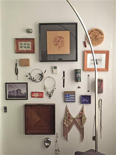 Στον τοίχο των αναμνήσεων διακρίνονται μεταξύ άλλων το ρολόι του πατέρα του, η αγαπημένη του ελληνική σοκολάτα αμυγδάλου, οι πρώτες γραβάτες, το πρώτο κινητό, το πρώτο iPod.
