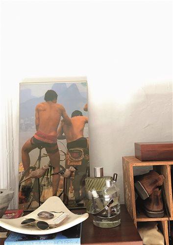 Στο υπνοδωμάτιο, κάτω από μια φωτογραφία του Ρίο ντε Τζανέιρο, η κολόνιες που φοράει από μικρός.